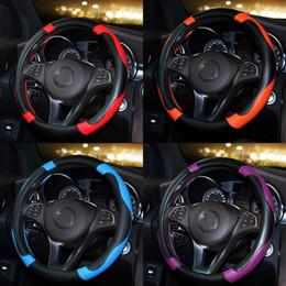 УХОД ЗА АВТОМОБИЛЕМ Спортивный стиль Контрастный цвет Нескользящий пот Хорошая дышащая искусственная кожа из искусственной кожи 15-дюймовая крышка рулевого колеса автомобиля от Поставщики рулевое управление для автомобилей