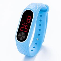 Reloj led de goma para hombre online-Nuevo estilo Hombres Mujeres Mujeres Niños Niños Deportes LED Relojes Digitales Niños Estudiantes pantalla táctil de goma de silicona relojes de regalo