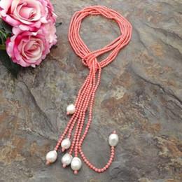 Collar blanco del encanto del coral online-Encanto 3 strands 4 mm coral rosa y blanco cultivadas de agua dulce collar de perlas 127 cm joyería de moda