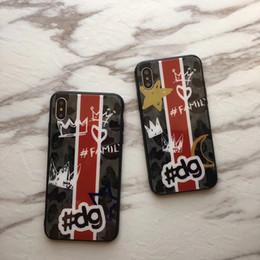 iphone cover graffiti Promotion Cas de la mode Camouflage Couronne Graffiti Trempé Verre Arrière Camo Imprimé Lettre Famille Téléphone Cover Shell Armor pour iPhone XS Max XR 6s 7