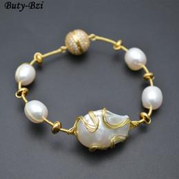 2019 bracelet en or blanc Haute Qualité Naturel Blanc Perle Baroque Perles Or Couleur Fil Enveloppé Magnétique Fermoir Manchette Bracelet De Mode Femme Bijoux promotion bracelet en or blanc