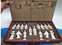 2019 caixa de xadrez em madeira Caixa de couro de madeira clássica chinesa elaborada com jogo de xadrez da estátua das figuras antigas caixa de xadrez em madeira barato