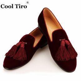 Men s burgundy dress shoes online-Mocasines de terciopelo borgoña Borlas de los hombres SmokingSlippers Zapatos hechos a mano Zapatos de vestir de boda Pisos ocasionales formales