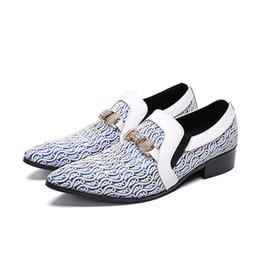 Neue Designer Druck Mischfarbe Blau Weiß Muster Leder Gentleman Kleid Schuhe Spitz Beleg Auf Hochzeitsschuhe Gold Schnalle