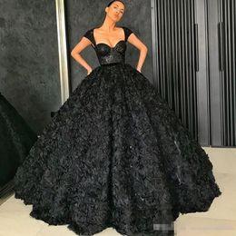2019 мелкие черные женщины 2018 черные платья выпускного вечера Cap рукава лиф бальное платье вечернее платье рюшами цветы женщины торжественная одежда на заказ длиной до пола Vestidos скидка мелкие черные женщины