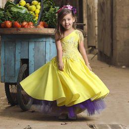 Lovely Yellow With Purple First Communion Girls Desfile de cumpleaños Vestidos Un hombro Satén Encaje Una línea Princess Flower Girls Dress desde fabricantes