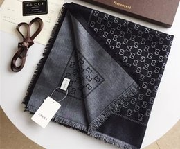 2019 patrón de seda Diseño clásico chal de seda hilo dorado y plateado hilo de algodón teñido G patrón bufanda moda para hombres y mujeres bufanda 140 / 140cm patrón de seda baratos