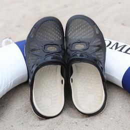Venta al por mayor de los hombres del verano al aire libre zapatos de playa Slip On Sandals transpirable ahueca hacia fuera las zapatillas cubre los dedos del pie Flip Flops agujeros zapatos desde fabricantes