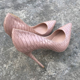 Patrones de zapatos de tacón alto online-Europa y América nueva moda color desnudo serpiente zapatos de tacón alto 12cm zapatos afilados, patrón de serpiente negro 43 yardas 44 yardas.