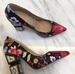 Flores verdes bombas online-2018 zapatos de tacón verde bordados extraños Bombas de flores de punta estrecha de las mujeres zapatos de señora de la boda