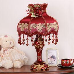 Lámpara de mesa roja online-Lámpara de mesa decorativa de estilo europeo Lámparas de noche Moderna sala de bodas Lámpara de mesa roja Lámparas de mesa para sala de estar Iluminación de tocador