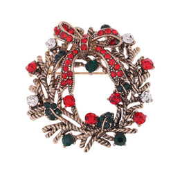 Wholesale happy anniversary gifts - Flower Christmas Brooches Red Green Rhinestones High-end Christmas Gift Wreath Garland Brooch Nice Happy New Year Gifts