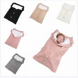 sac de couchage au crochet Promotion Couverture de bébé tricoté bouton de couchage de sac de couchage Enfants Toddler Sleep Sack poussette Wrap hiver chaud épais couverture pour filles garçons cadeaux de Noël