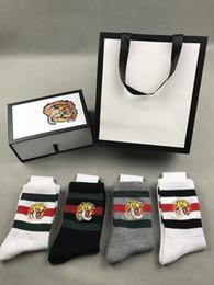 черные белые полосатые коробки Скидка голова тигра вышитые носки для человека 2 белый 1 черный 1 серый с оригинальной коробке полосатый жаккард унисекс хлопчатобумажные носки 4пары/коробка