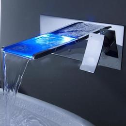 крепление на стене Скидка Светодиодные кран водопад настенные ванной раковина кран с изменением цвета смеситель с 1 ручкой 1 отверстие горячей и холодной