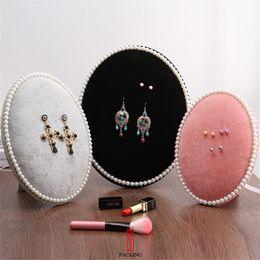 brosche ohrringe Rabatt 3-farbiger Ausstellungsstand für Schmuck oder Accessoires Die Ei-Form-Samt-Ohrringe-Abzeichen und Brosche zeigen Requisiten oder Lagerregal an