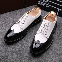 Zapatos de punta de los hombres online-Hombre Negocios Low Top Wing Tip Lace Up Dress Zapatos formales Oxfords British Black White Wine red
