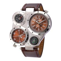 6a229f7af1e Marca OULM Estilo Esportivo Big Face Relógios Homens Casuais Decorativos  Bússola Dupla Fuso Horário de Couro PU Relógio de Quartzo Relogio masculino  ...