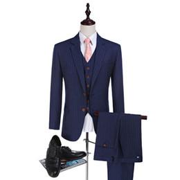 Tuxedo peggiorato dello sposo online-Nuovi tessuti a strisce di arrivo Smoking dello sposo Vestito di lana pettinata Vestito da groomsman Vestito da uomo realizzato su misura (giacca + pantaloni + gilet)