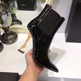 2018 Primavera Otoño Negro Patentes de boda de novia Zapatos de novia para el dedo del pie puntiagudo 11 CM Letras Tacones altos Bombas Señoras Botas Designe con caja desde fabricantes