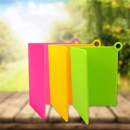 Tablero de ganchos online-Vegetales Carne para picar bloques de plástico PP Plegable Tabla de cortar Con gancho de colgar Diseño Accesorios de cocina Multi colores 6hd CB