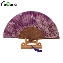 Abanico mariposa online-Japón seda de bambú de mano abanicos abanicos mariposa patrón de flores abanicos banquete de boda fiesta de artesanía decoración para el hogar asiático ventilador de bolsillo