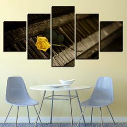 2019 obra de arte amarilla Rosa amarilla en un piano de edad 5 paneles sin marco pintura sala de estar cartel de la lona arte de la sala decoración moderna ilustraciones obra de arte amarilla baratos