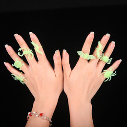 Juguetes araña insectos online-10 unids / lote Halloween Luminous Insects Ring Set Animal Design Plastic Toys Spider Jewelry Ring Niños Niños Finger Toys Party Supplies AAA741