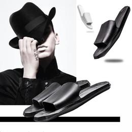 Mode Hommes Femmes D'été En Plein Air Intérieur Salon Noir Plage Ouverte Sandales Toilettes Angleterre Blanc Salle De Bain Salle De Douche Casual Pantoufles En Cuir Plat ? partir de fabricateur