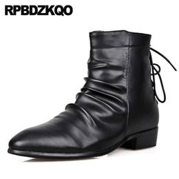 Botas estilo puntera estilo británico online-caer corto dedo del pie puntiagudo otoño invierno hombres botas con diseñador de pieles de estilo británico tobillo italiano negro grueso 2018 zapatos europeos