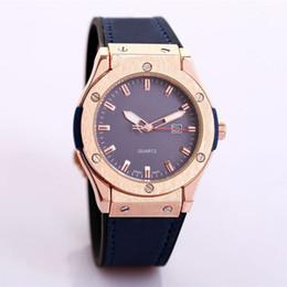 Wholesale dropshipping grossistes fournisseurs pas cher regarder gros hommes montres luxe marque designer unique cuir bleu doré visage verre quartz horloge