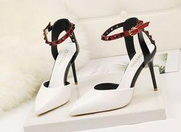 appartements nuptiaux roses Promotion Mariée en cuir verni verni sandales à bout pointu Stiletto Hee Appliqued boucle daim en cuir dames chaussures habillées blanc noir taille 34-39