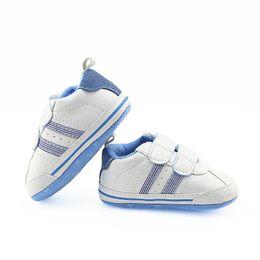 969dcec3a55da Chaussures Bébé garçon Chaussures de sport blanches First Walkers Pattern Bébé  Semelle souple First Walker 0-12m motif de chaussures de bébé en semelle ...