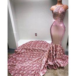 Vestido floral con cuentas halter online-2019 Blush Pink Halter Neck Sirena Vestidos de baile con flores florales en 3D Plisados Sweep Train Vestidos de noche Apliques de encaje BA7797 Africano