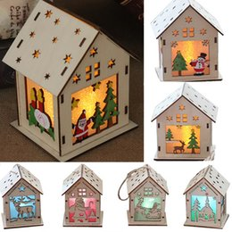 Adornos de casa online-Casa de árbol de Navidad DIY colgando adornos Festival de Navidad Decoración Led Light Wood House Holiday Decor regalo de Navidad WX9-1004