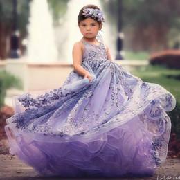 Il bambino progetta il treno online-2018 Lavender Ball Gown Flower Girl Abiti per la cerimonia nuziale in rilievo scollo a V Backless Toddler Pageant Abiti Tulle Sweep Train bambini Prom Dress