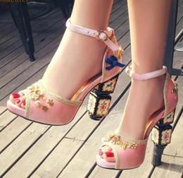 Costura de veludo on-line-2018 Elegante Salto Grosso Sandálias de Luxo Vermelho Rosa Preto de Veludo Bowtie Sapatos de Ouro de Costura De Metal Embelezado Pérolas Bombas