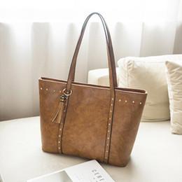 Оптовая искусственная кожа сумка заклепки сумка повседневная кисточкой сумки женщины сумки большой емкости высокое качество от Поставщики оптовые кожаные кисти pu