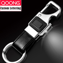 2019 apribottiglie chiave QOONG Personalizzato Lettering Keychain LED Lights Lampada Beer Bottle Opener multifunzionale uomini in pelle Anello portachiavi auto titolare Y16 apribottiglie chiave economici