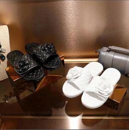 Mujeres de verano clásico negro blanco flores sandalias estilo diseño de marca cómodas zapatillas al aire libre planas Beautiful Lady zapatos casuales desde fabricantes