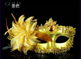 2019 Stock Feather Adorned Half Faces Eye Máscaras con Lily On Side Masquerade Mardi Gras Venetian Wedding Party Accesorios nupciales Prom desde fabricantes