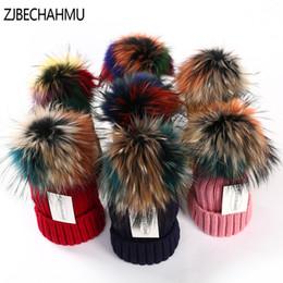ZJBECHAHMU Chapéus de Inverno Real Pompons De Pele De Raposa 15 cm Chapéu  Quente Skullies Gorros Chapéu Caps Mulheres Menina Moda Colorido Guaxinim  2018 ... 278077d62a9
