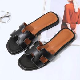 Phyanic 2018 Zapatillas de cuero de verano Moda para mujer Tacón plano Casa Dormitorio Zapatos de lujo Playa Diapositivas Negro Blanco Zapatos al por mayor desde fabricantes