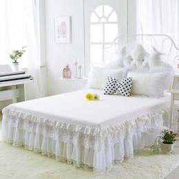 Copriletti in pizzo bianco online-Gonne in cotone bianco Lenzuolo copriletto in pizzo bianco ricamato per matrimoniale Copripiumino matrimoniale con copriletto matrimoniale