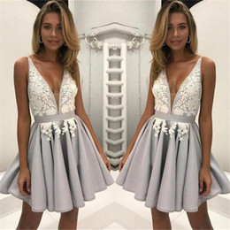 Белые серебряные короткие платья онлайн-Сексуальные аппликации с V-образным вырезом Короткие платья возвращения на родину A Line Бело-серебристое коктейльное платье vestidosруг Graceacion