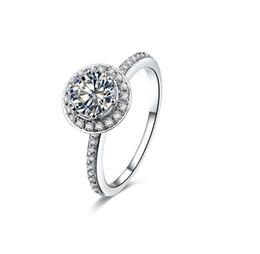 runde diamant-einstellungen Rabatt Rundschnitt 1ct Synthetischer Diamant Ring für Frauen Engagement 925 Sterling Silber Weißes Gold Überzogener Schmuck Pt950 Gestempelt Micro Gepflastert Einstellungen