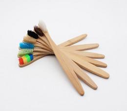 Wholesale Cepillo de dientes de bambú de la cabeza colorida CALIENTE Medio ambiente al por mayor Cepillo de dientes de bambú del arco iris de madera Cuidado oral Cerda suave