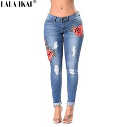 Marke Damen Jeans Baumwolle Dünne Stickerei Jeans Denim Frauen Zerrissenen  Jeans Zerstört Hip Loch Damen Hosen Plus Größe KWA0197-45 ca8986e386
