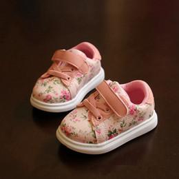 2019 lindas zapatillas negras Zapatos de bebé lindos para niñas Zapatillas de mocasines blandos 2018 Primavera Flor negra Zapatillas de deporte de la niña Niño pequeño Zapatos recién nacidos Primer caminante lindas zapatillas negras baratos