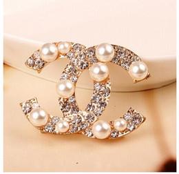 Usine Vendre Top Qualité De Luxe Celebrity conception Lettre Perle Diamant Broche De Mode De La Mode Star Metal Boucle Broche Avec Boîte ? partir de fabricateur